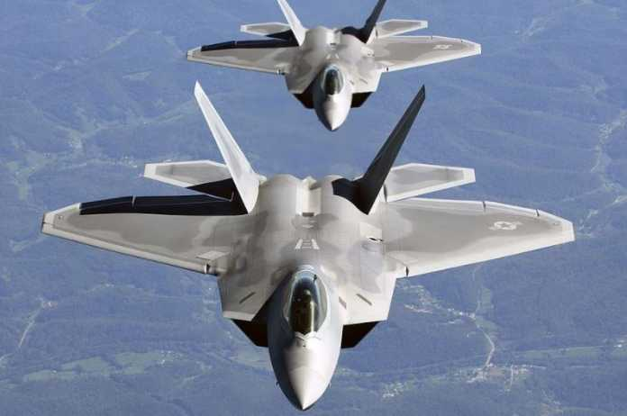 Myśliwce F-22 Raptor. U.S. Air Force photo by TSgt Ben Bloker - Selective noise reduction by Diliff