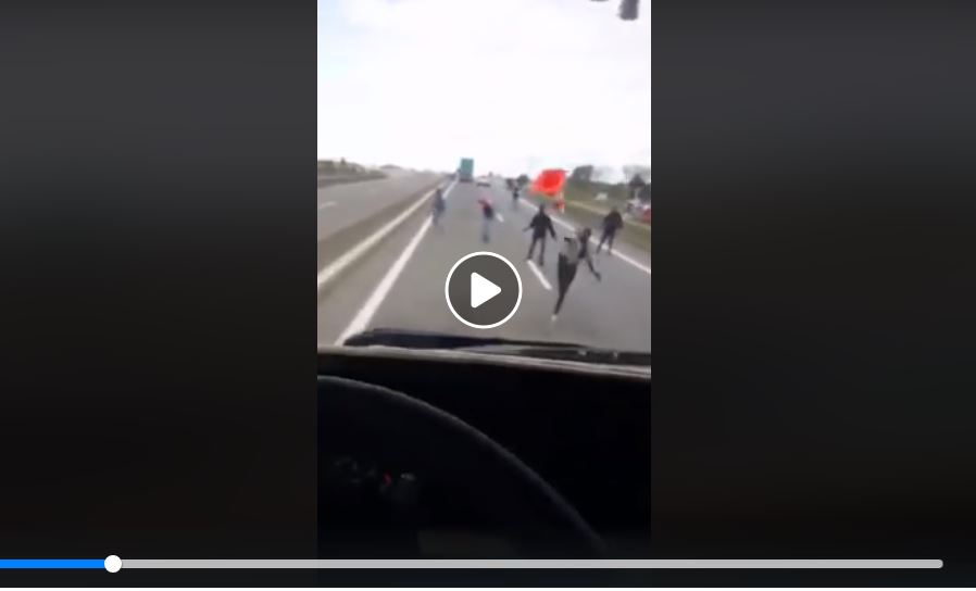 Imigranci łapią stopa do Anglii. Fot. facebook